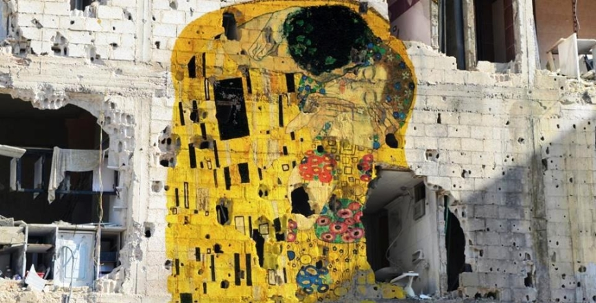 love-war-syrian-artist-tammam-azzam-and-his-personal-gustav-klimts-the-kiss-on-war-torn-building-in-syria-www.loves_.domusweb.it_.jpg
